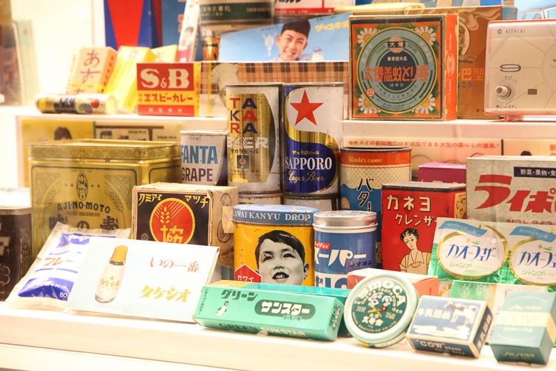 展示物の時代背景を語る商品も並んでいます