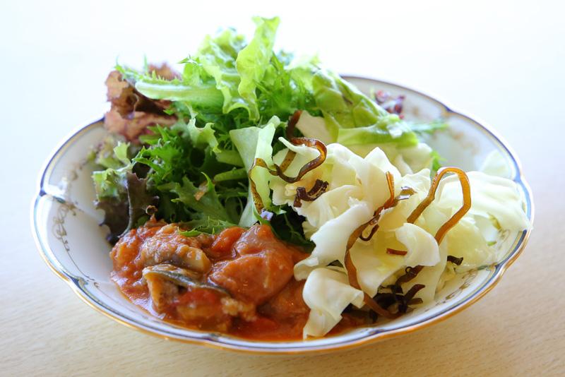 サラダは新鮮野菜に近江八幡の丁字麩なども使用されかなりのボリューム