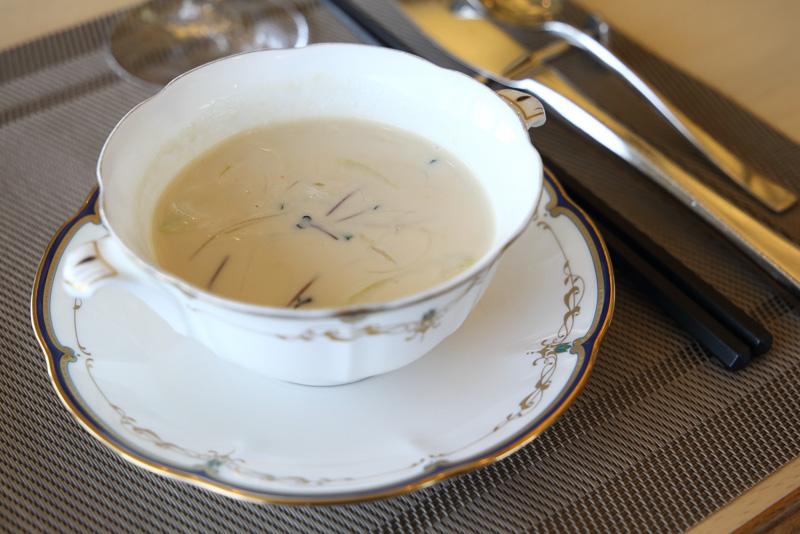 豆乳チキンコンソメスープは比叡ゆばや赤こんにゃくが入っています
