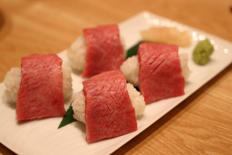 炙り肉寿司は好みの炙り具合でいただきます