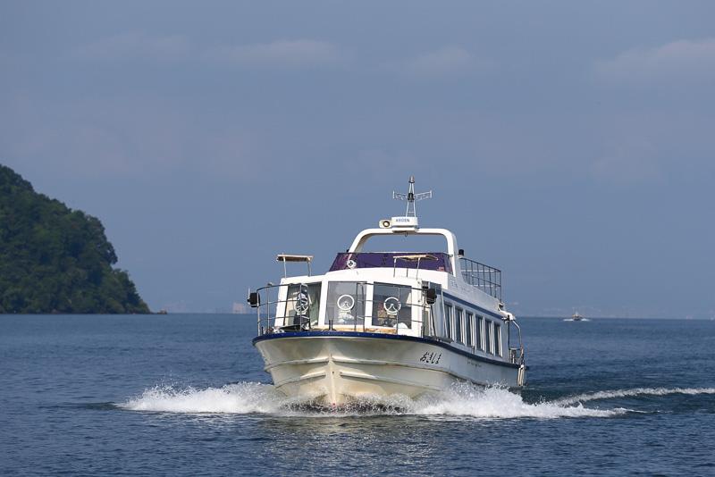 1隻の沖島通船がピストン輸送で島との往来を担っています