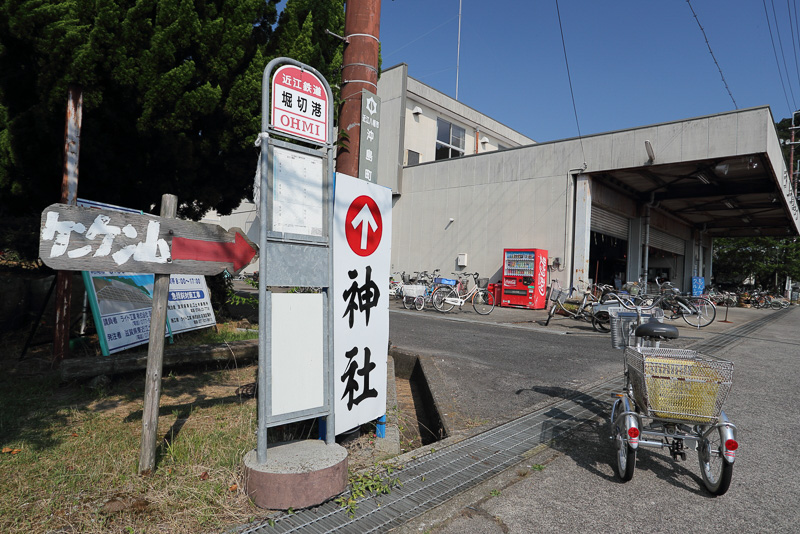 沖島にはバスは運行されていないが陸側のバス停が島にも設置されています