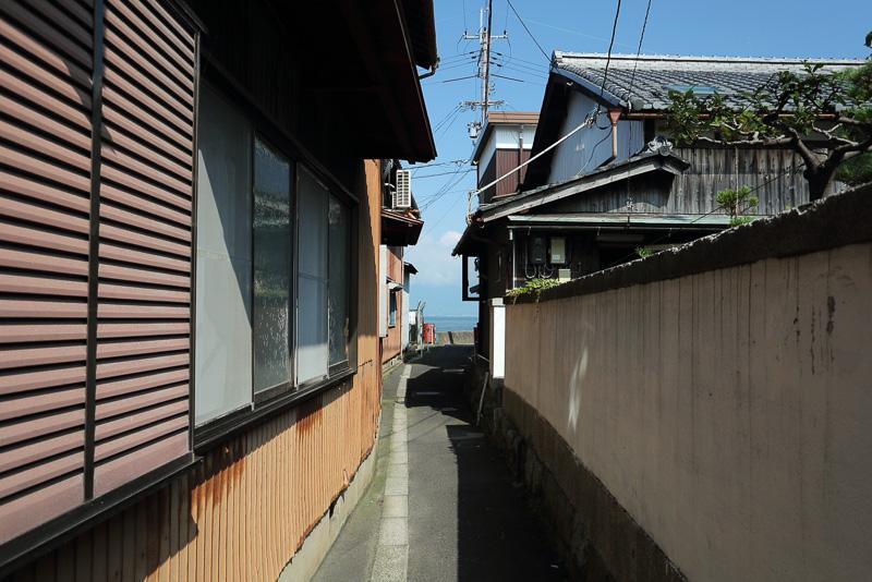 路地の先には海、ならぬ琵琶湖が見えます