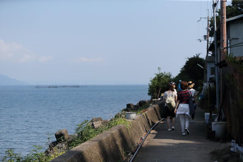 湖畔沿いを散策。潮の香りもないけどベタベタ感もなし。これが気持ちよいのです。
