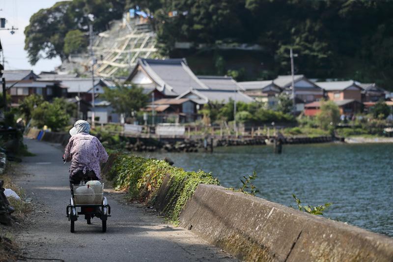 島の重要な交通手段の三輪車。ちなみにこの島に車はいません
