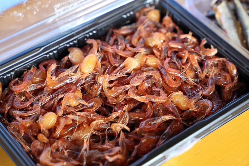 滋賀県の名物えび豆。ここ沖島では海老だらけの中に豆がチラホラ、そんな比率