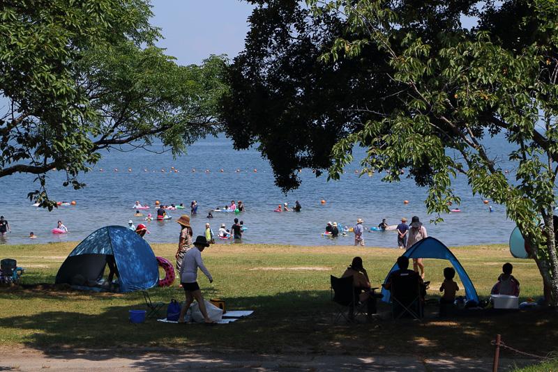 海のように広い琵琶湖では海水浴場ならぬ湖水浴場もあります。波の少ない穏やかさとベタベタ感皆無の感覚は琵琶湖ならではの独特のものです
