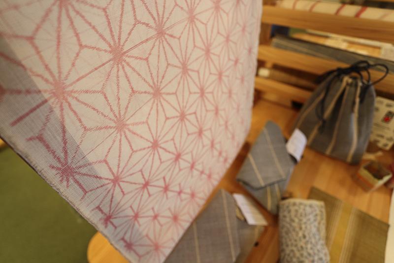 近江の発展に大きく寄与した麻織物「近江上布」は今でも手作業の工程が必要な滋賀の伝統工芸品です(近江上布伝統産業会館「麻々の店」)