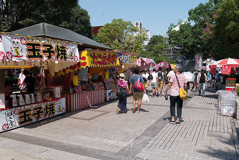 公園には昼間から屋台がたくさん出店。お祭り気分も一気に盛り上がる
