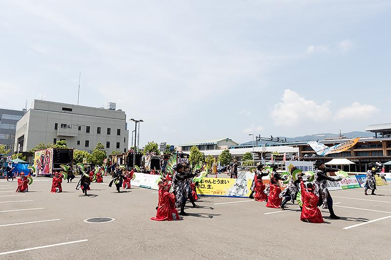 演舞場では審査は行なわれず、各チームが純粋に演舞する場となる。JR高知駅前に用意される「高知駅前演舞場」では、円形のステージをぐるっとまわりながら演舞する