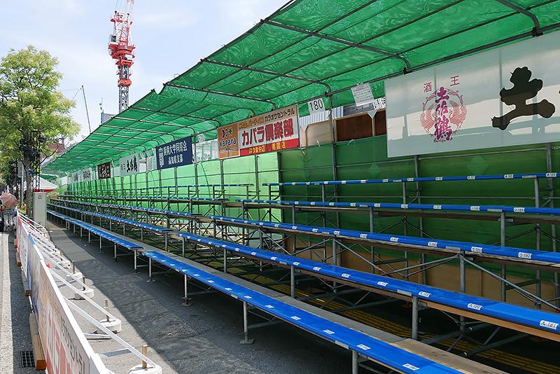 追手筋の南側歩道には、屋根の付いた指定席の桟敷席がある。多くは事前販売で売り切れとなり、昼の部でも空席は少ない