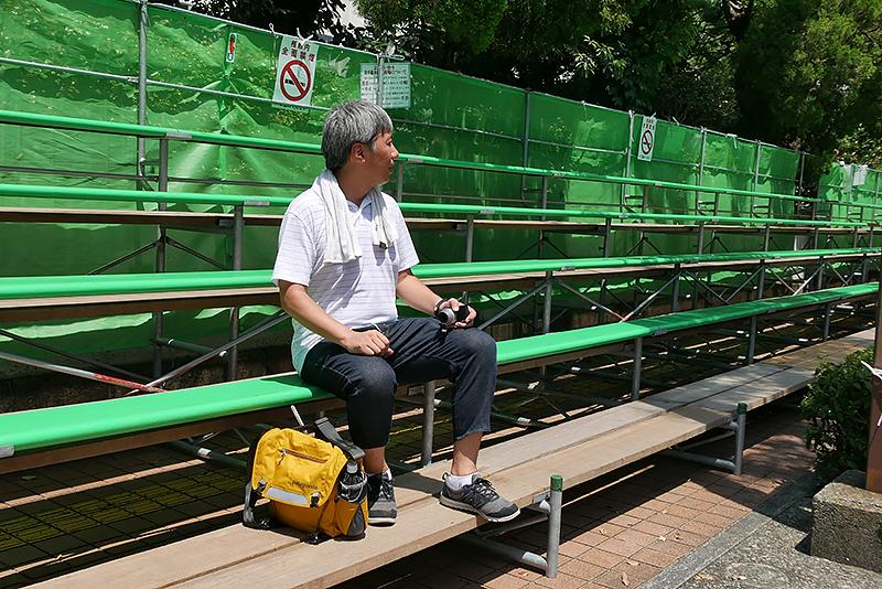 観覧した日は35℃に迫る猛暑。飲み物など暑さ対策をしっかり整え、自由席の桟敷席を確保