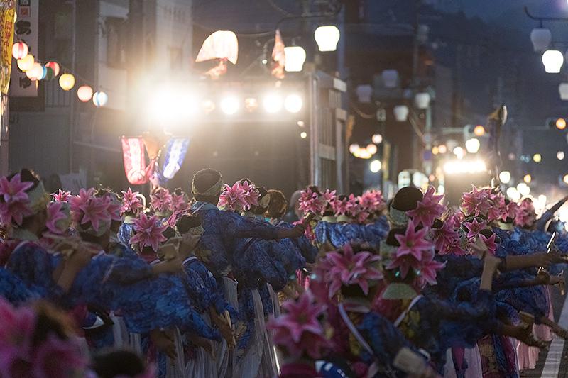 地方車には照明も取り付けられ、夜は踊り子を照らしながら先導。生歌を披露するチームも多く、それぞれがさまざまな趣向を凝らしている