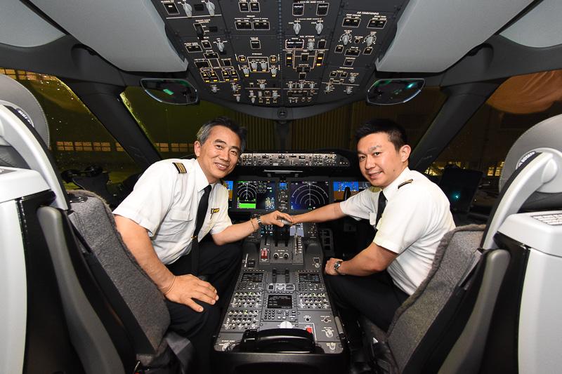 フェリーフライトを担当した、森日出夫機長(左)と泉陽介副操縦士(右)