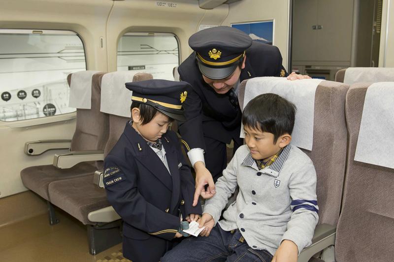 過去のイベントの様子から、車掌の制服を着用した子供たち(提供:JR東海)