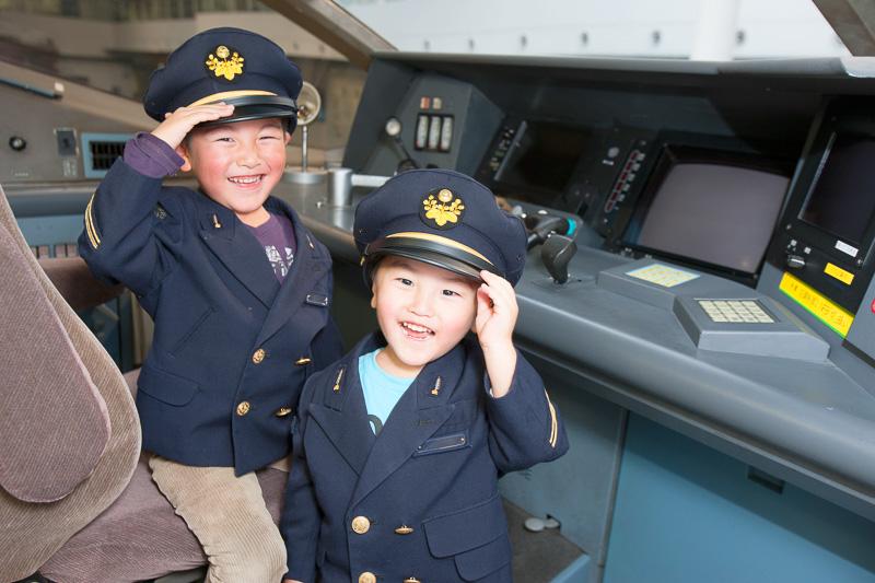 運転台に座った子供たち、制服着用も。過去のイベントの様子(提供:JR東海)