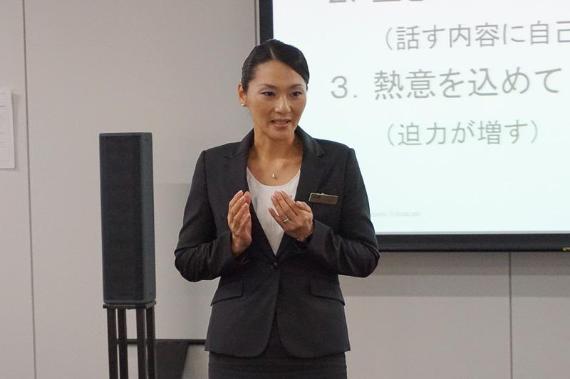 スピーチのプレゼンを講師自らデモンストレーション