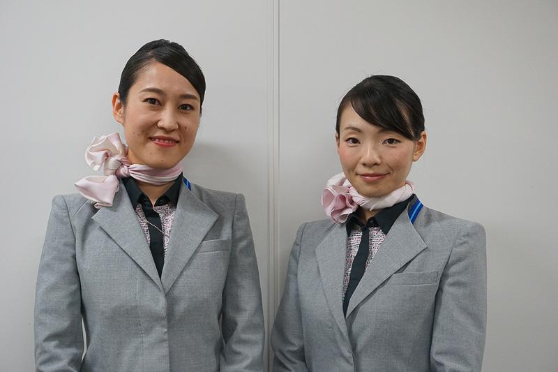 ANA成田エアポートサービスの小栁亜沙美さん(左)と権田智美さん(右)