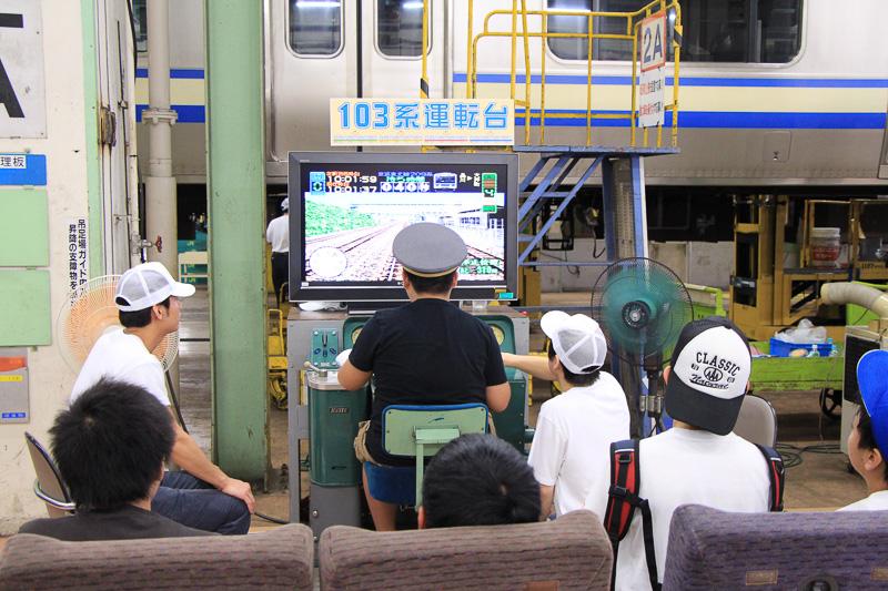 人気の運転台操作体験コーナー。103系、205系、209系があったが、それぞれの順番待ちの椅子も電車のシート