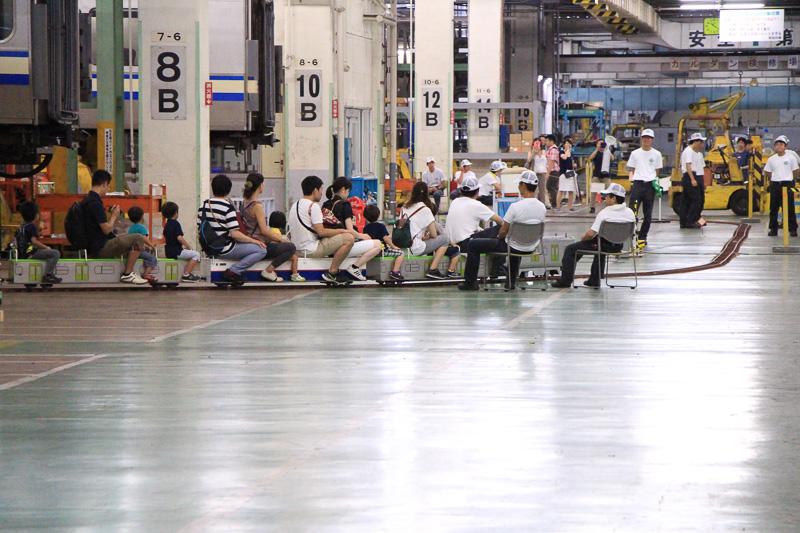 ミニ電車の乗車体験は、ただ乗るだけでなく、東京総合車両センターの内部を見学できる