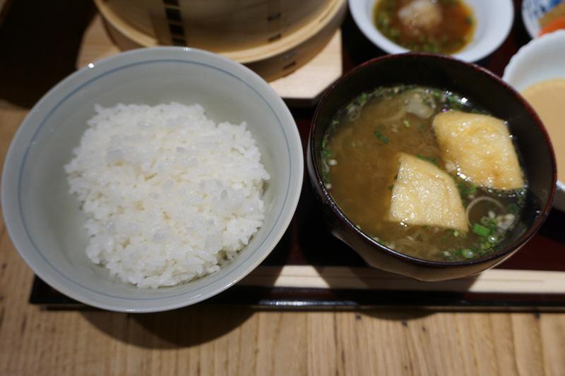 上市町の穴の谷霊水を使って炊き上げたご飯と富山産油あげのみそ汁