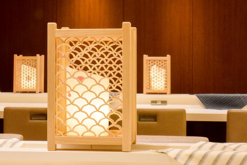ダイニングエリアの装飾に用いられている組子の行燈。手前と奥とでデザインが異なる