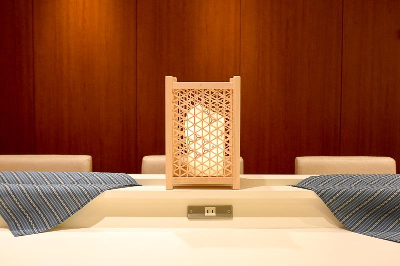 2種類の組子の行燈と、伊勢木綿のテーブルクロスで装飾