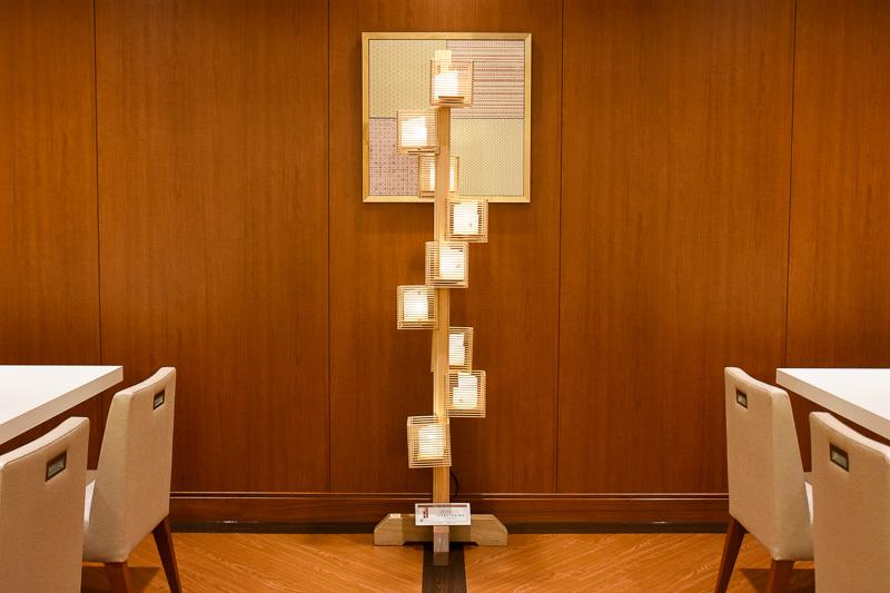 同じく組子の行燈で、「昇り龍」と名付けられた大作も展示されている。奥には伊勢型紙の額装が飾られる