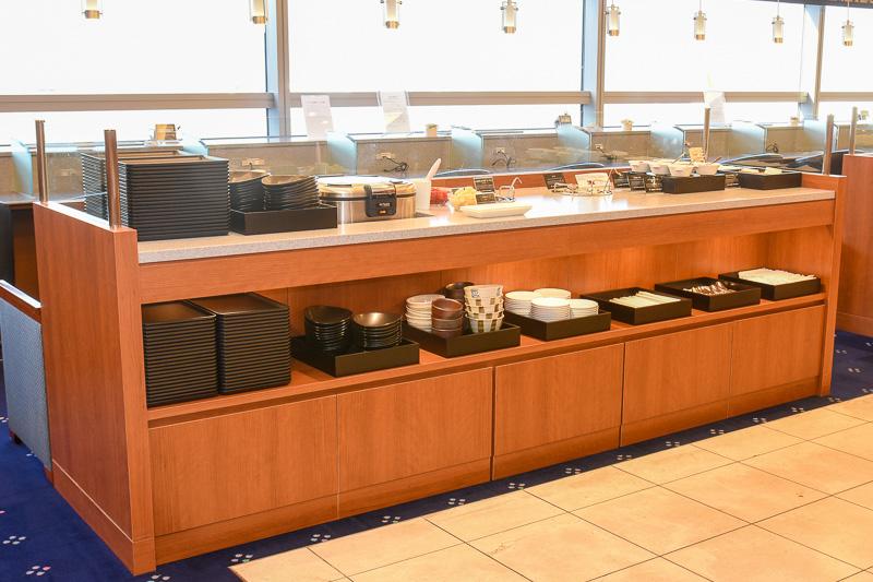 フード&ビバレッジカウンターも一部デザインを変更し、下部に食器やカトラリーを配置した設計となった