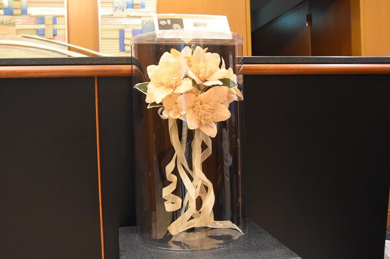 三重県の工芸品である尾鷲ひのきのコサージュ・ブーケが展示されている