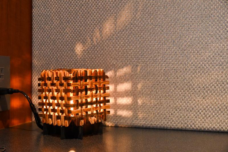 木組みの隙間から漏れる光が印象的なデザイン