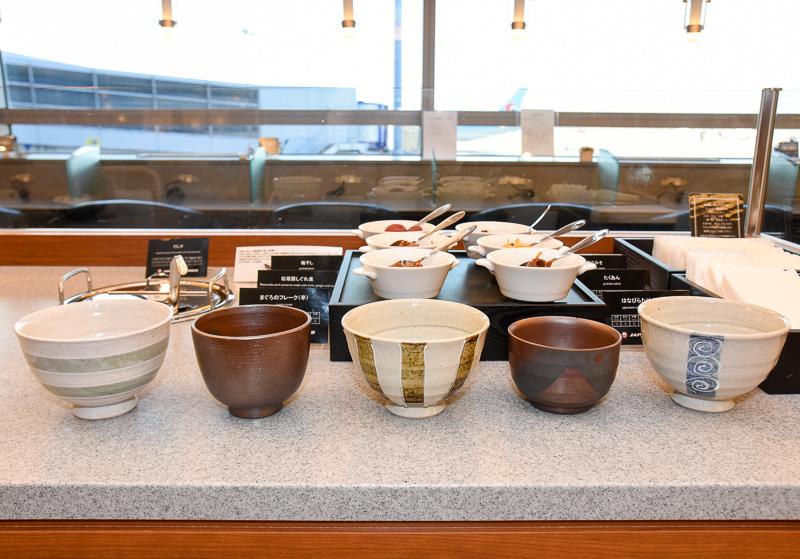 「五感で味わう三重づくし お茶漬け」を楽しむための、四日市の「萬古焼(ばんこやき)」。5種類の器を用意している