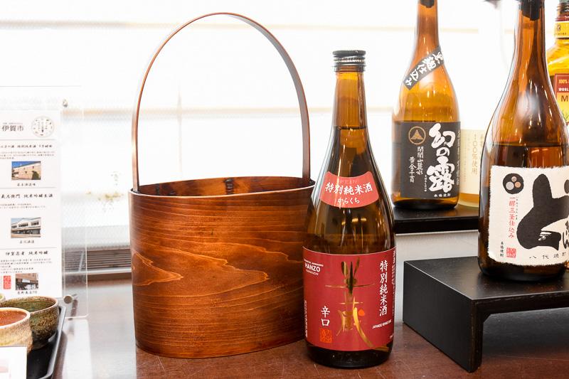 尾鷲わっぱのワインクーラーに入れて、月替わりで伊賀のお酒を提供。9月は辛口の純米酒「半蔵」