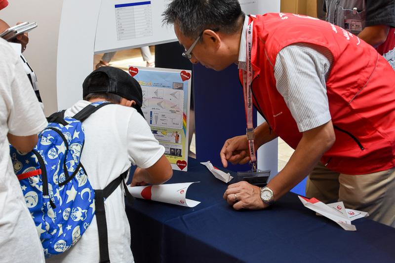 CAやスタッフがアドバイスしながら折り紙ヒコーキを作っていく。9月3日の初回イベントは待ち行列ができるほど盛況だった