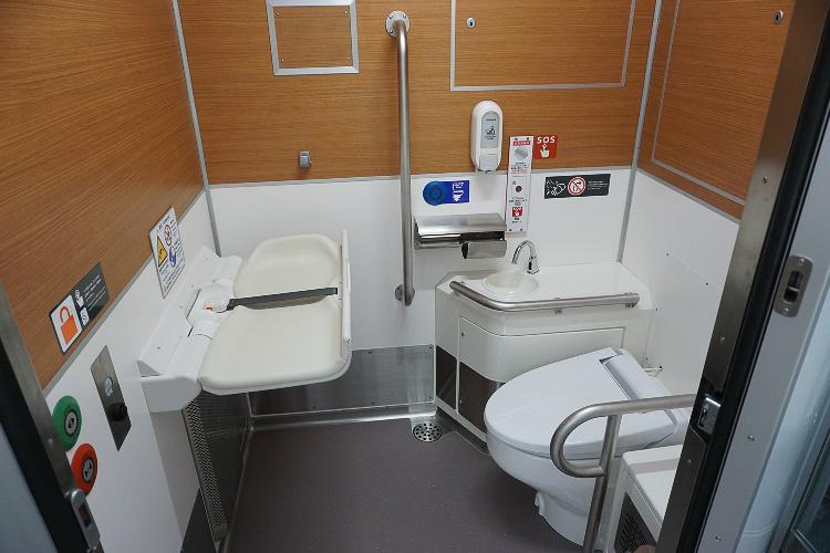 トイレは車いす対応、おむつ交換シートも装備