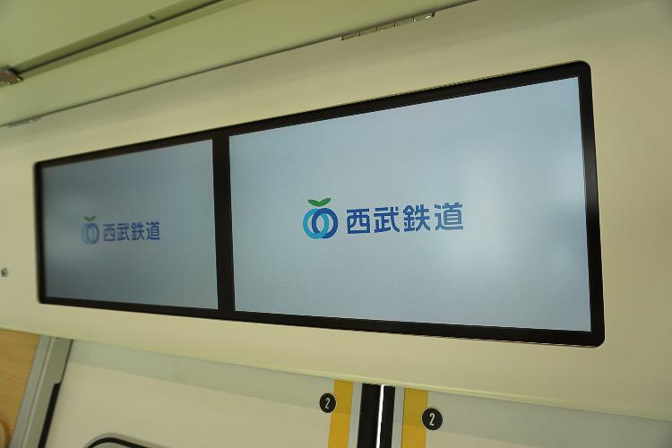 広告用デジタルサイネージ「Smile Vision」の17インチディスプレイが並ぶ