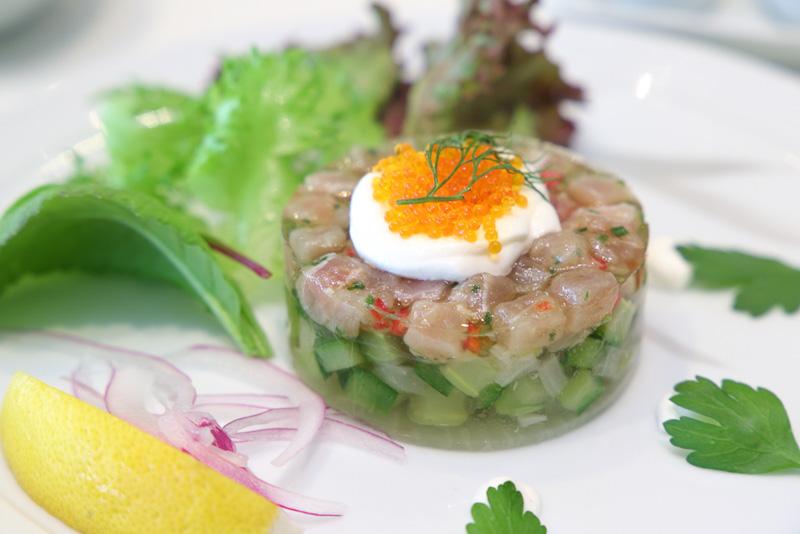 オードブル まぐろのタルタル仕立てわさび風味のクリームソース添え(洋食/韓国料理)