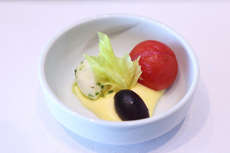 モッツァレラチーズとミニトマトのサフランソース添え