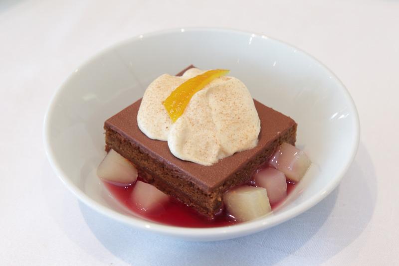 アーモンドクリームチョコレートケーキ レッドペアソース