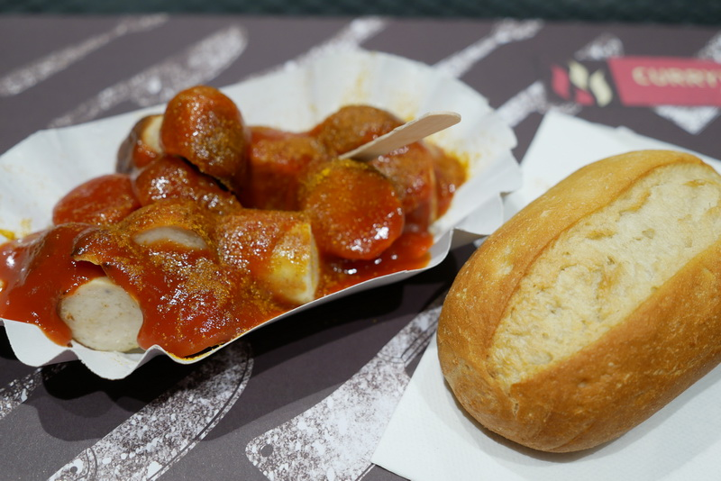 CURRYWURST EXPRESSのカリーブルストはパンが付いて3.29ユーロ(380円強)