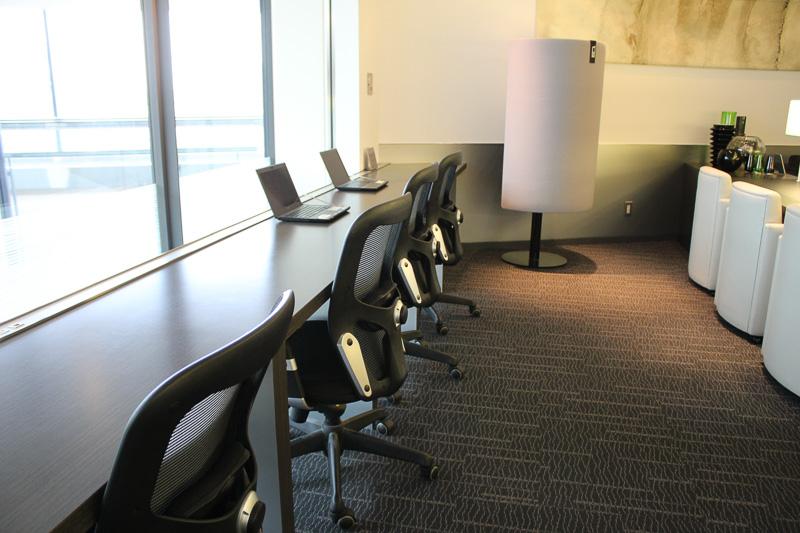 仕事に集中しやすいビジネスチェアーもあり、ノートPCも設置