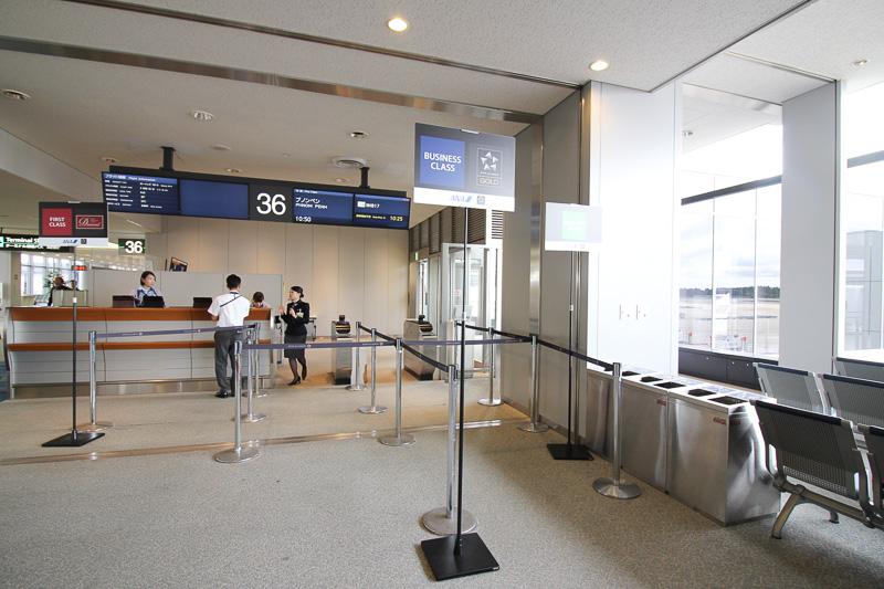 搭乗口にはファースト、ビジネス、エコノミーの立て札。フライトにはファーストクラスの設定がないので「ダイヤモンドサービス」のメンバー用のようだ