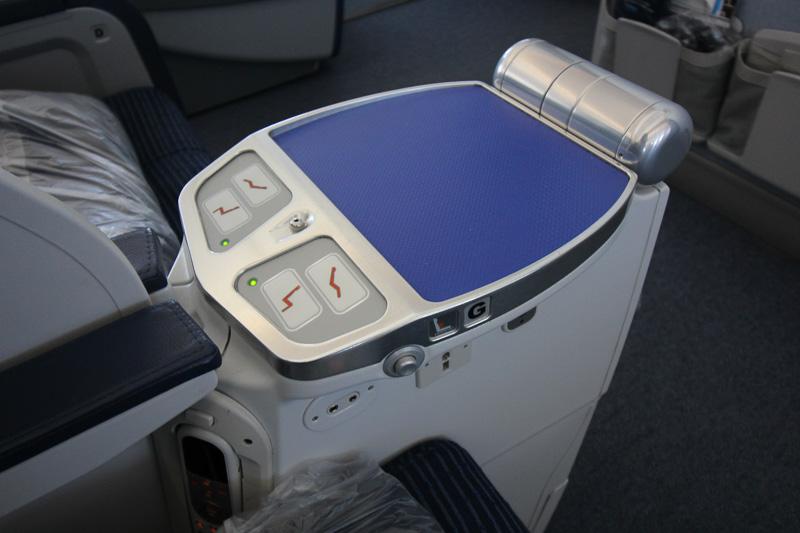 座席のリクライニング操作は2席の中央にある操作部で行なう。モニターのリモコンもその手前下部にある