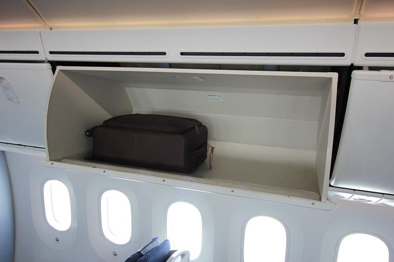座席上の荷物入れは制限重量50キロで広々
