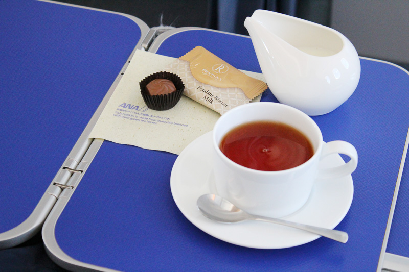 食後はコーヒーや紅茶がサーブされた。「フォンダンビスキュイ(ミルク)」がおいしい!