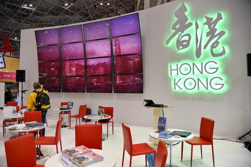 香港のロゴが輝く白を基調としたブース