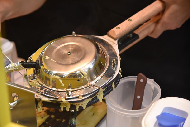 作り方は生地を特製の型に入れ、じっくり焼いていく