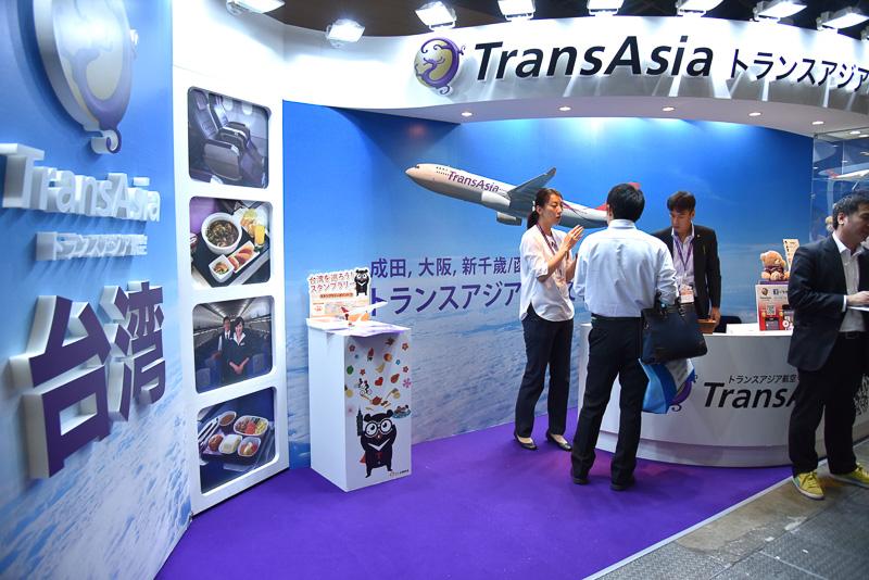 左側は機内食などのパネル展示、右側はマスコットキャラクターのグッズを展示
