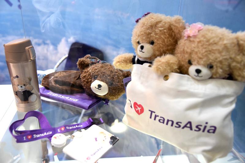 ボトルやストラップなど小熊のオリジナルアイテムを展示。ミニバッグに入った姿がかわいい