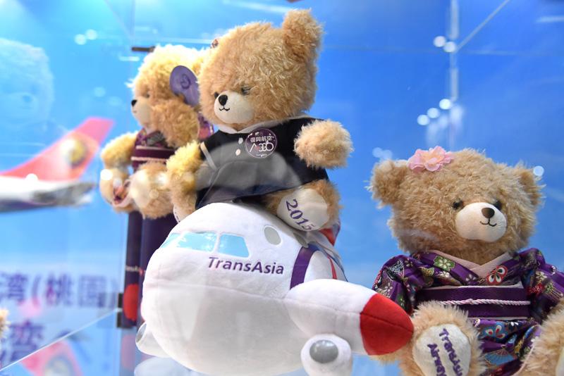 飛行機にちょこんと乗った制服姿の小熊や着物姿の小熊なども